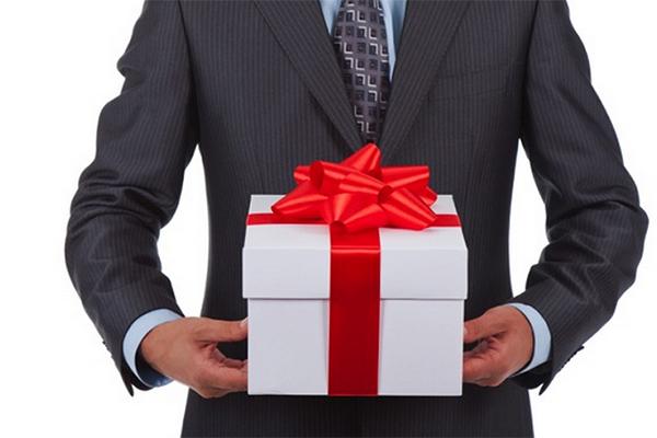 Что подарить мужчине-коллеге на юбилей