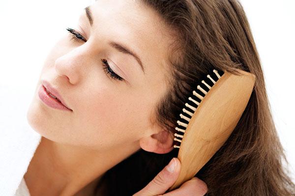 массаж головы деревянной щеткой
