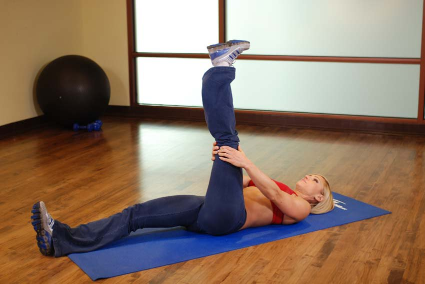 Растяжка мышц ног в положении лежа