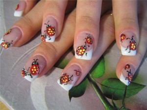 божьи коровки на ногтях