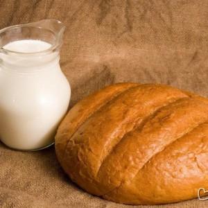 белый хлеб с молоком от мешков под глазами