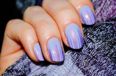 фиолетовый дизайн на ногтях с полосой
