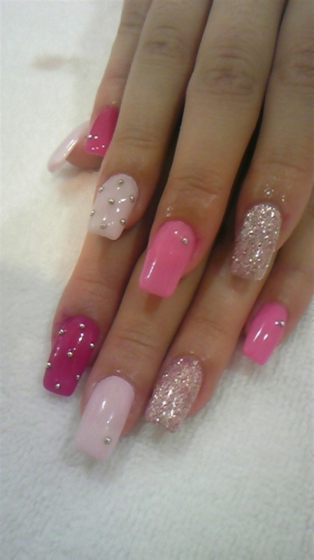 оформление стразами на розовых ногтях