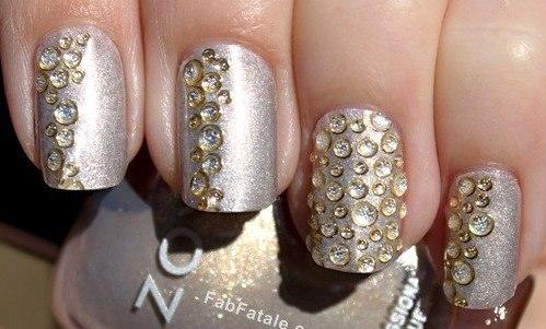 полоса камнями на ногтях дизайн