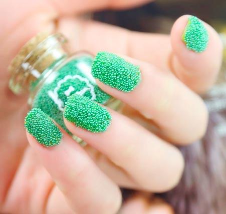 зеленый маникюр в икорном стиле