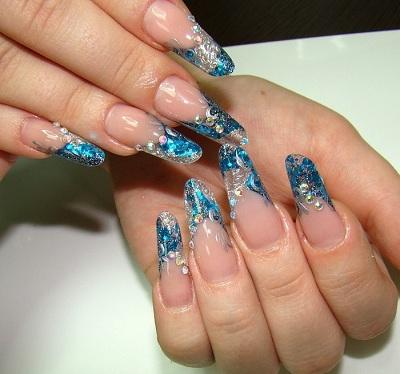 Дизайн ногтей в мерцающем синем цвете