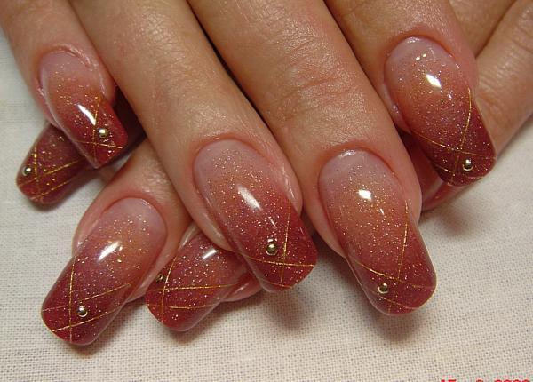 Маникюр нарощенных ногтей с золотым камушком на каждом пальчике