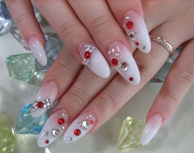 Овальные ногти с блестками