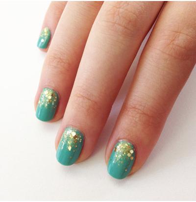 бирюзовые-ногти-с-блестками