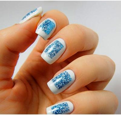 простой-рисунок-в-виде-синего-квадрата-на-ногтях