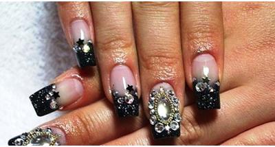 Дизайн ярких ногтей с камнями