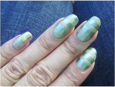 зеленые-полосы-простой-рисунок-на-ногтях-фото