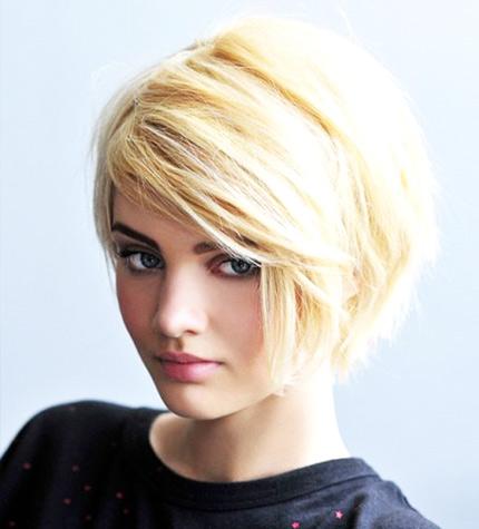 блондинка с челкой на короткие волосы