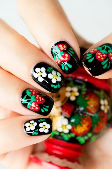 маникюр цветы и клубника фото