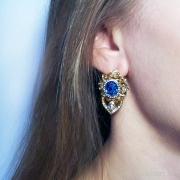 Серьги с крупным синим камнем на ухе