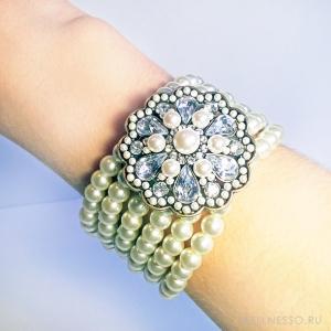 браслет с жемчугом и крупной брошью с кристаллами