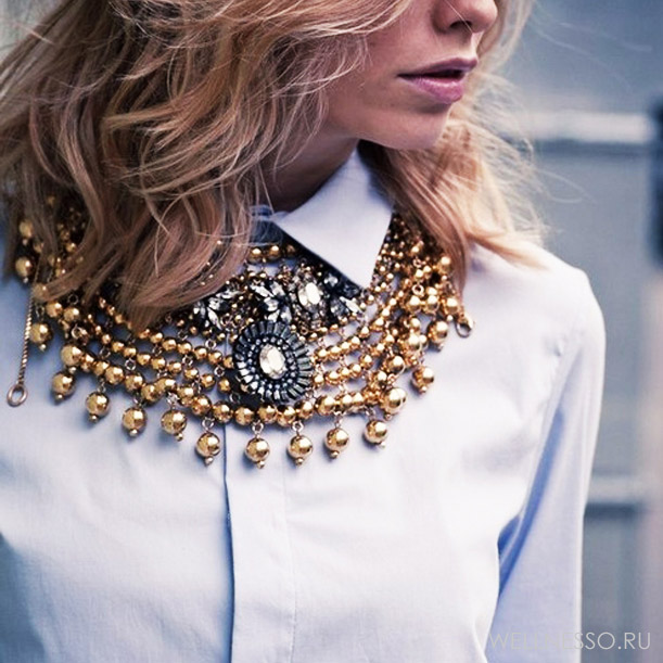 массивное ожерелье на девушке
