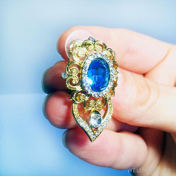 Серьги с крупным синим камнем под золото на белом