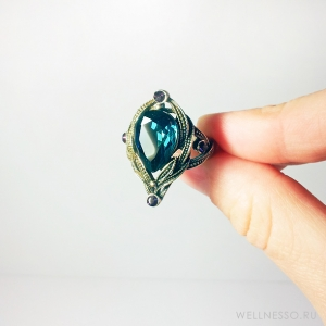 Кольцо с большим бирюзовым камнем и маленькими фиолетовыми кристаллами