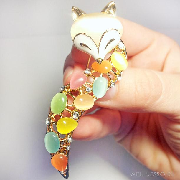 брошь лисичка с разноцветными камнями