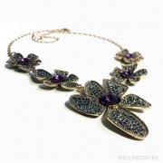 ожерелье с большими ассиметричными цветами с крупными пурпурными камнями