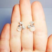 маленькие серьги яблочки с белыми кристаллами