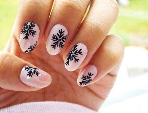 розовые ногти со снежинками