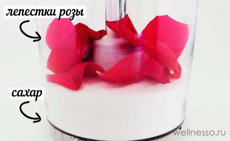 смешиваем сахар и лепестки роз для нашего скраба