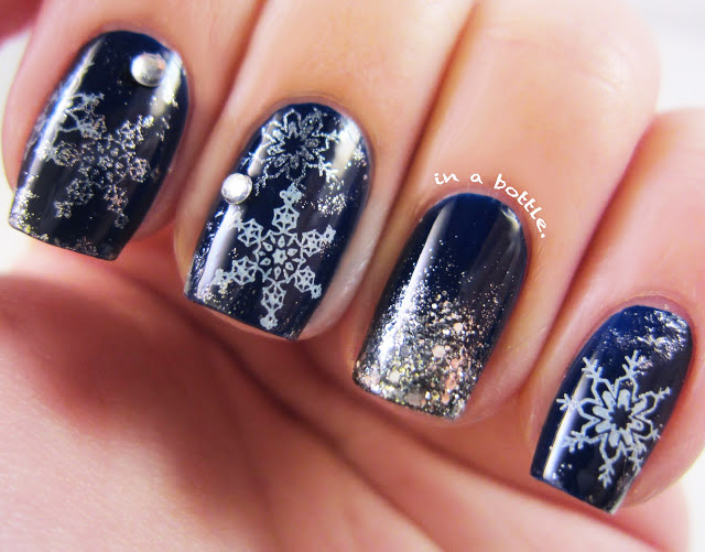 темно синие ногти с серебристыми снежинками