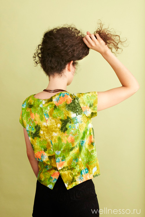Соберите волосы с шеи