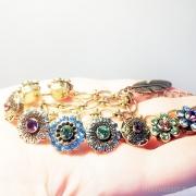 браслет для весны пастельных тонов с нежными шармами