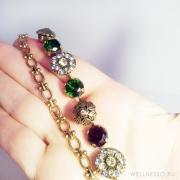 Браслет на лето с пурпурно зелеными кристаллами с цепочкой и пером