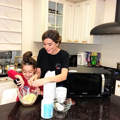 готовит дома