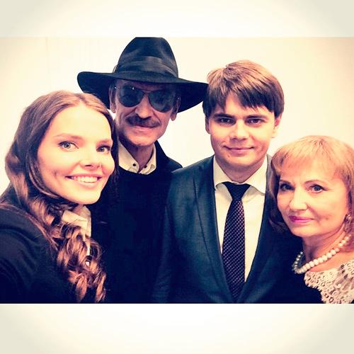 лиза с братом и родителями