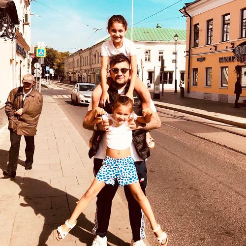 василий с двумя дочерьми